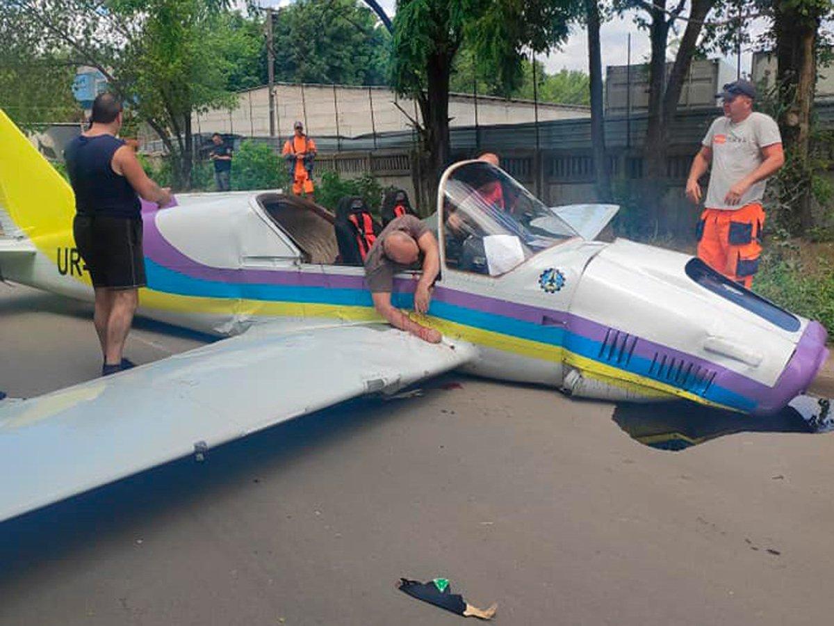 Легкомоторный самолет разбился в Одессе, оба пилота погибли