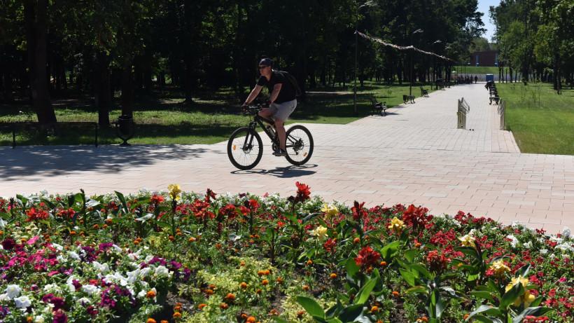 Михаил Хайкин проверил ход работ по благоустройству Запрудского парка в Коломенском округе