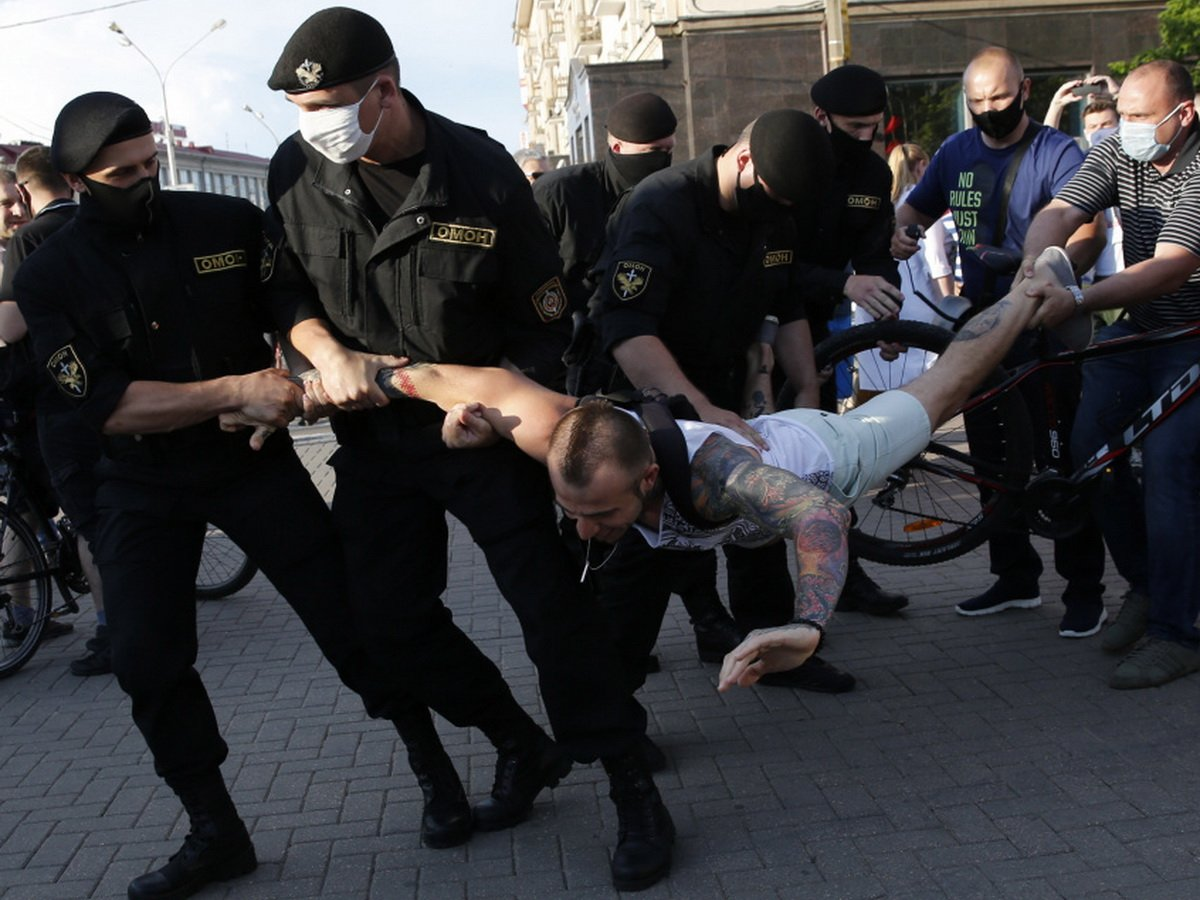 Минск охватили протесты с драками и задержаниями: бьют даже глухонемых