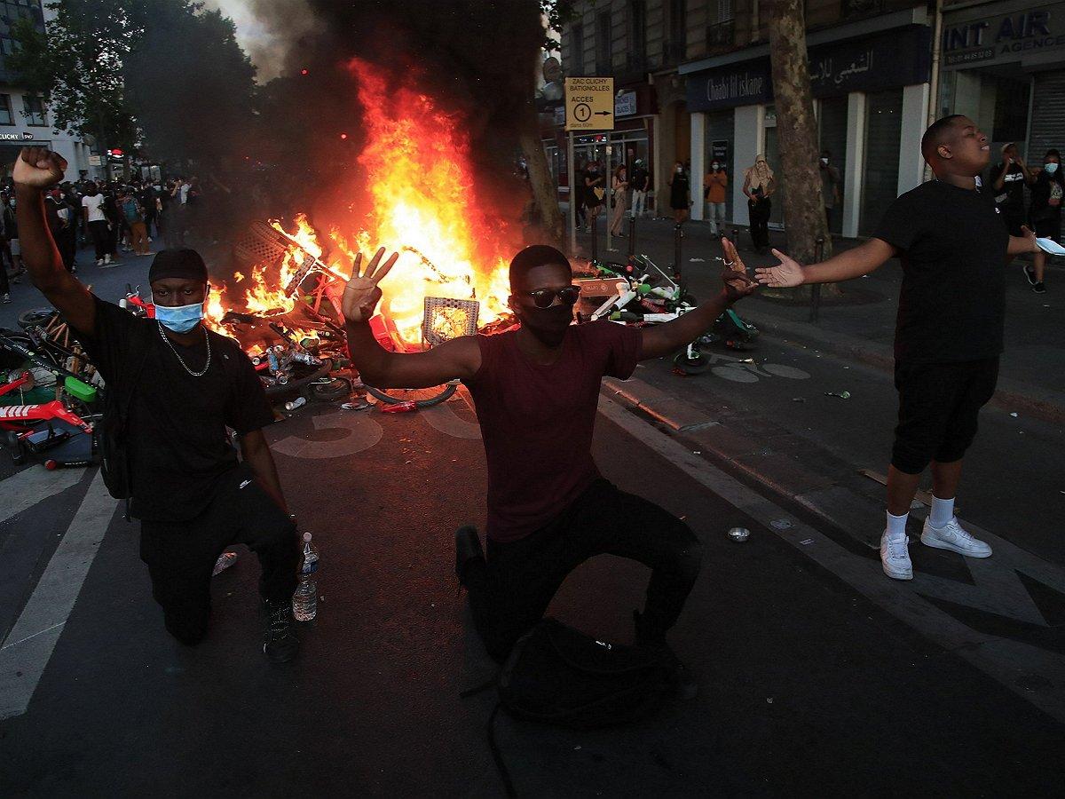На протестующих в Лос-Анджелесе сбросили «кастрированных» мух