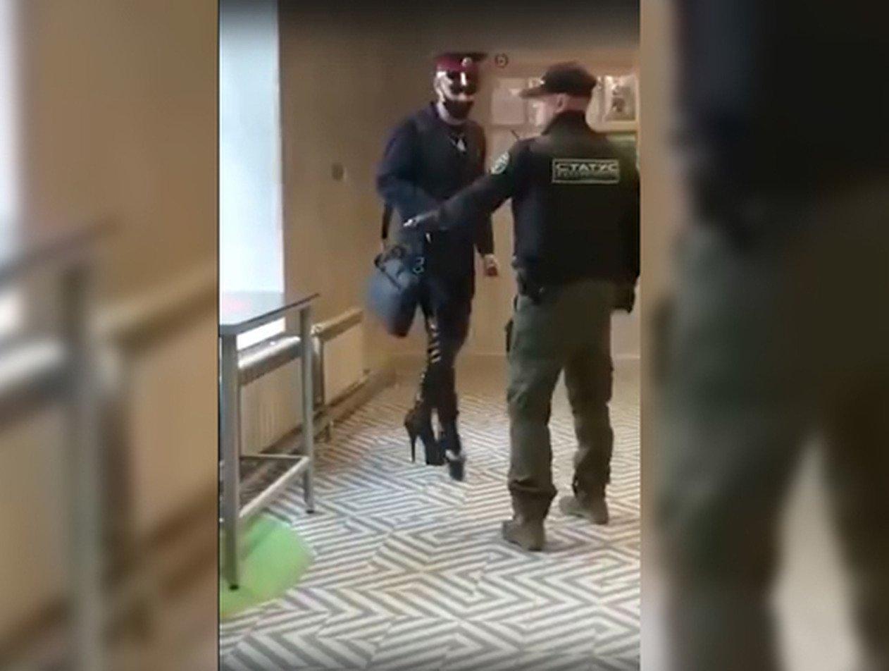На Урале железнодорожника на каблуках жестко нокаутировали в магазине