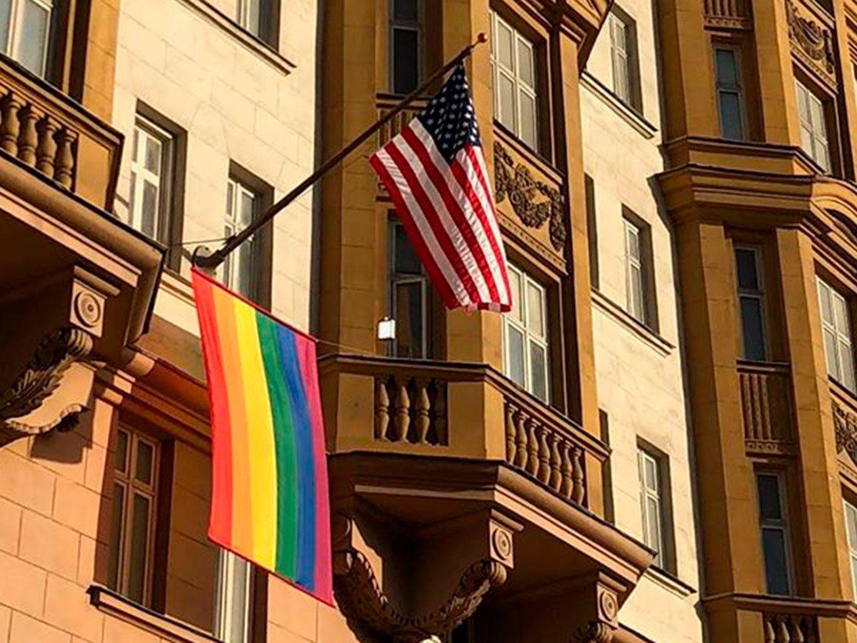 На здании посольства США в Москве вывесили ЛГБТ-флаг