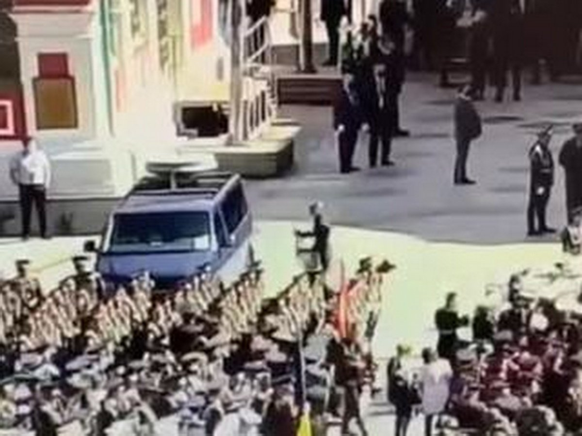 """""""Озверел"""": в Сеть попало видео с разбившим машину ФСО на параде Победы солдатом"""