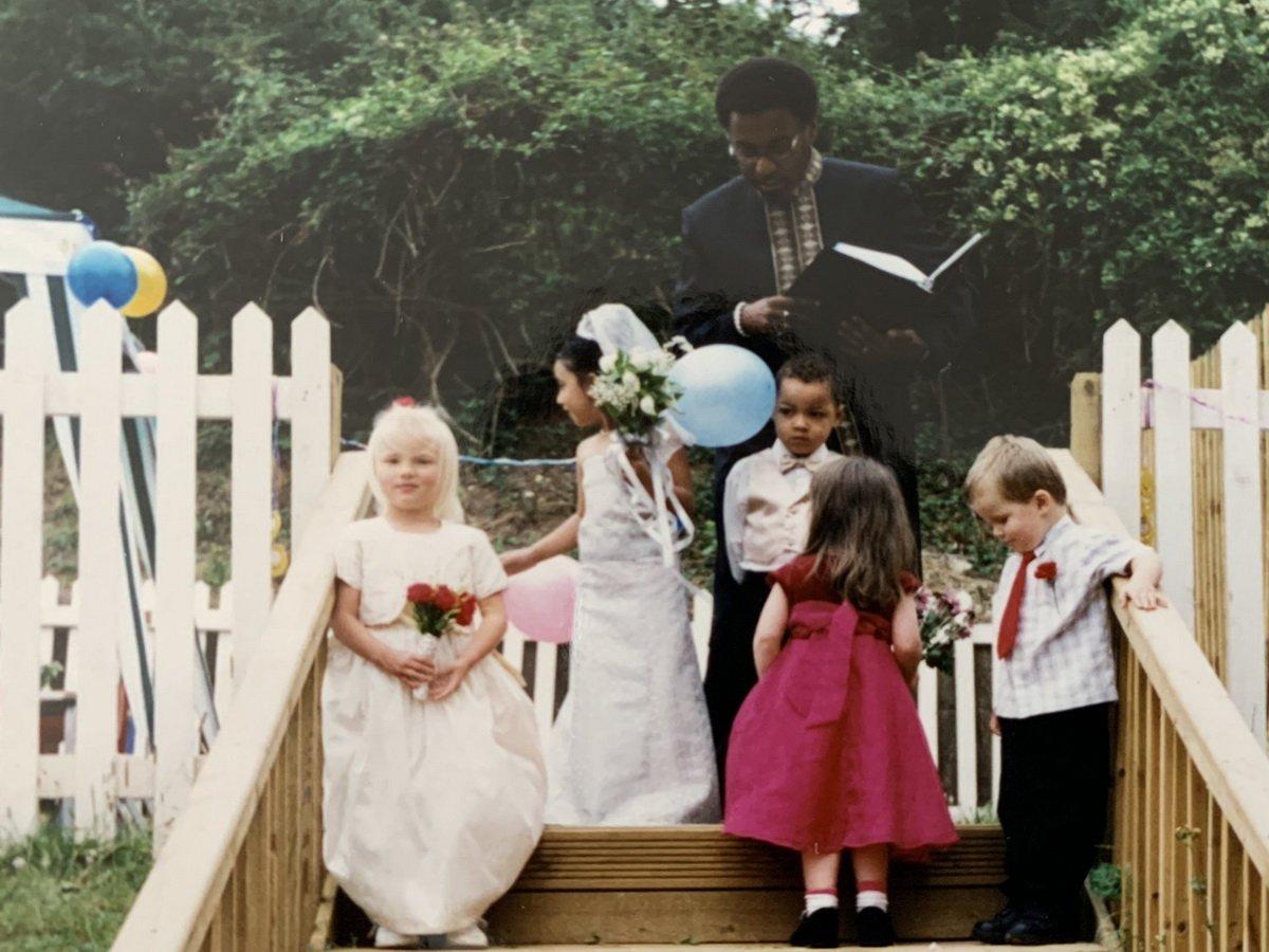 Парень опубликовал фото с детской свадьбы, и его невесту через 16 лет нашли в Twitter