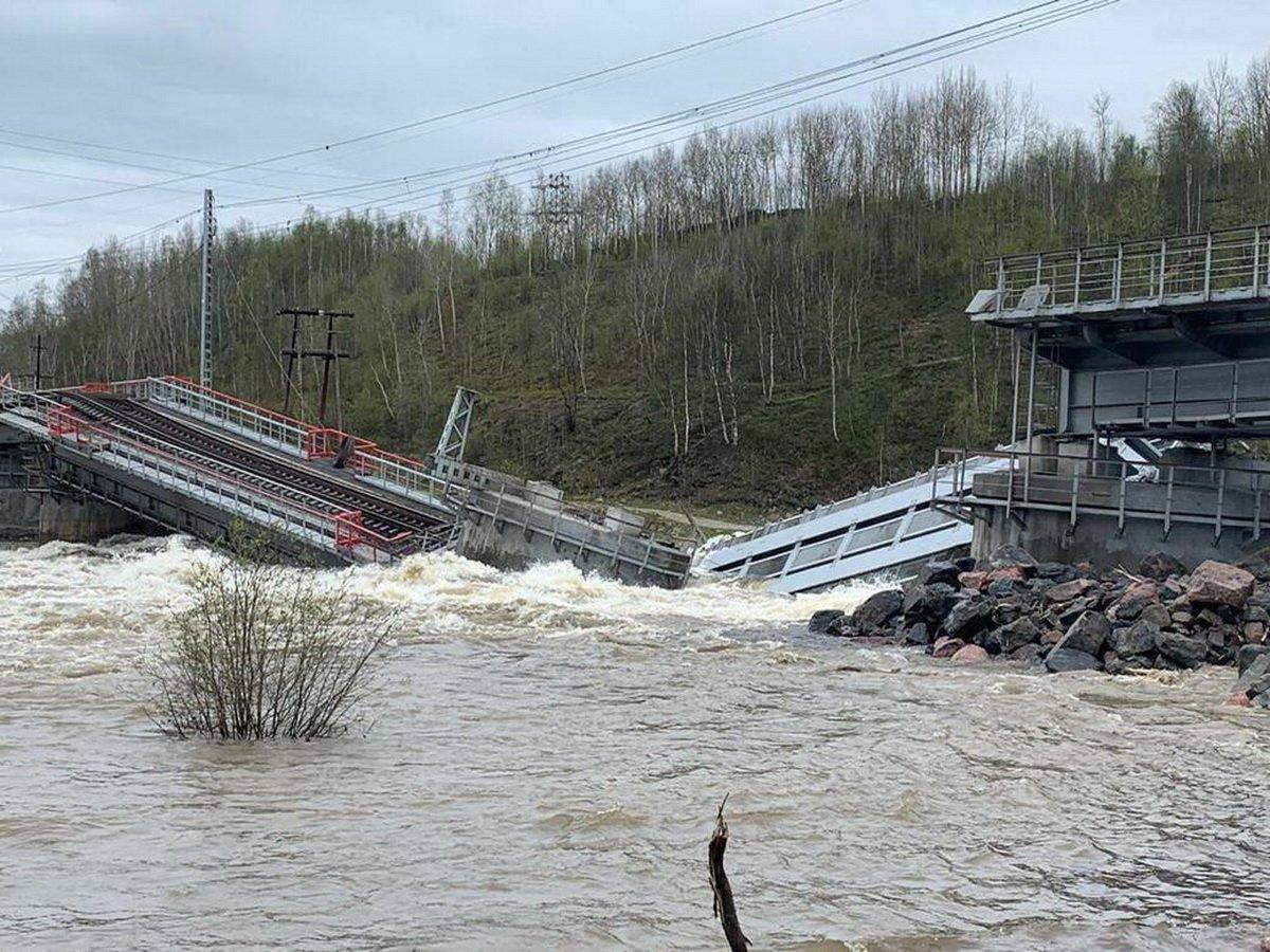 Под Мурманском рухнул железнодорожный мост из-за паводка, отрезав сообщение с городом