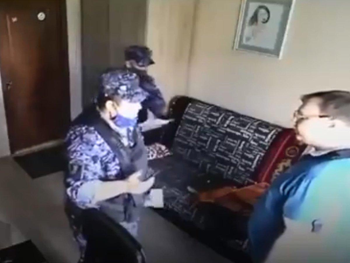 Росгвардейца уволили после видео о «подбросе наркотиков» мужчине за громкую музыку