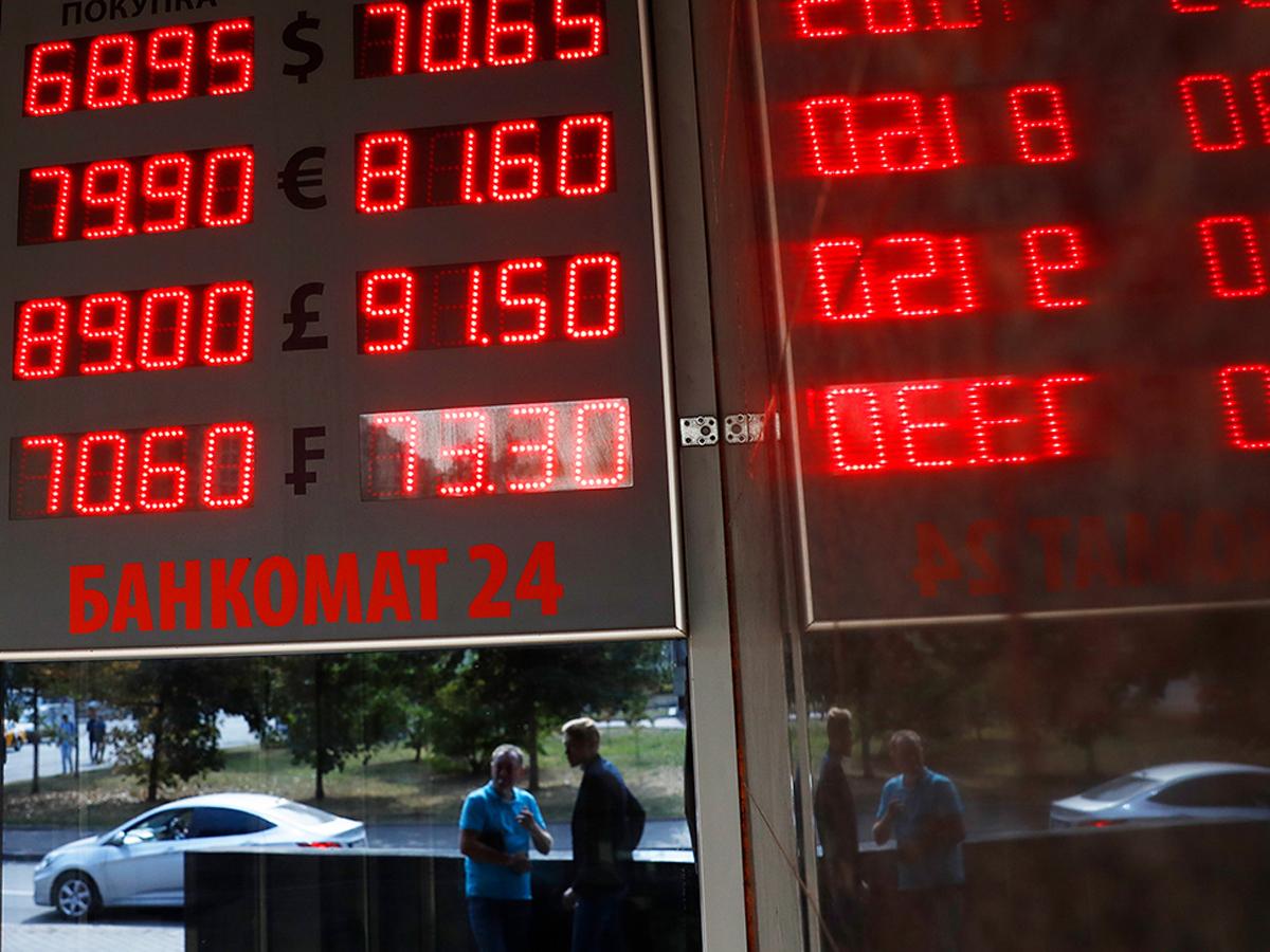 Рубль проигнорировал снижение ставки ЦБ. А что говорят эксперты?