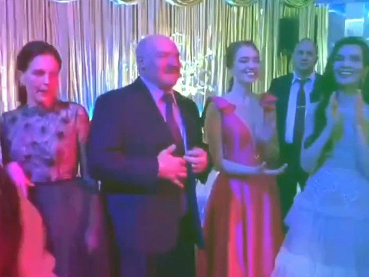 Лукашенко танцует с выпускницами