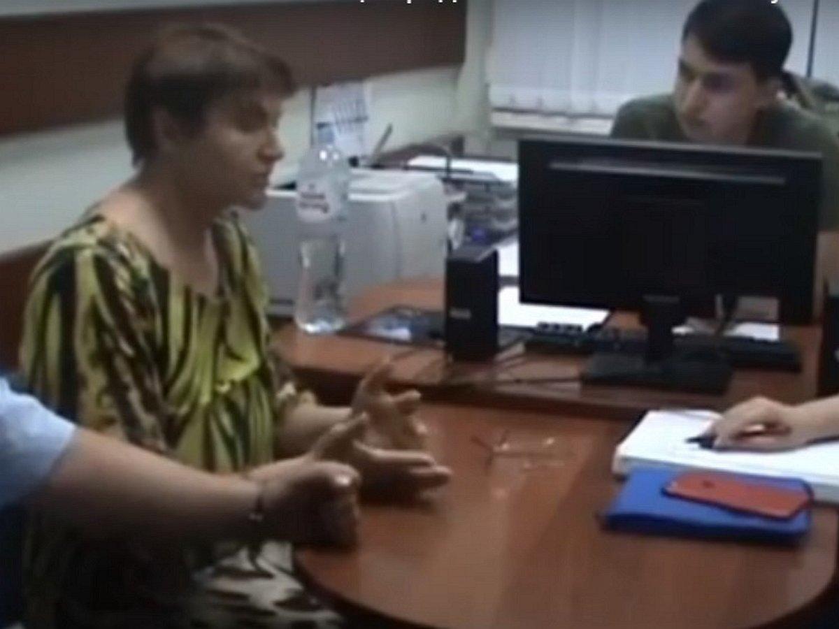 В Сети появилось видео допроса астраханки об убийстве сына гантелью