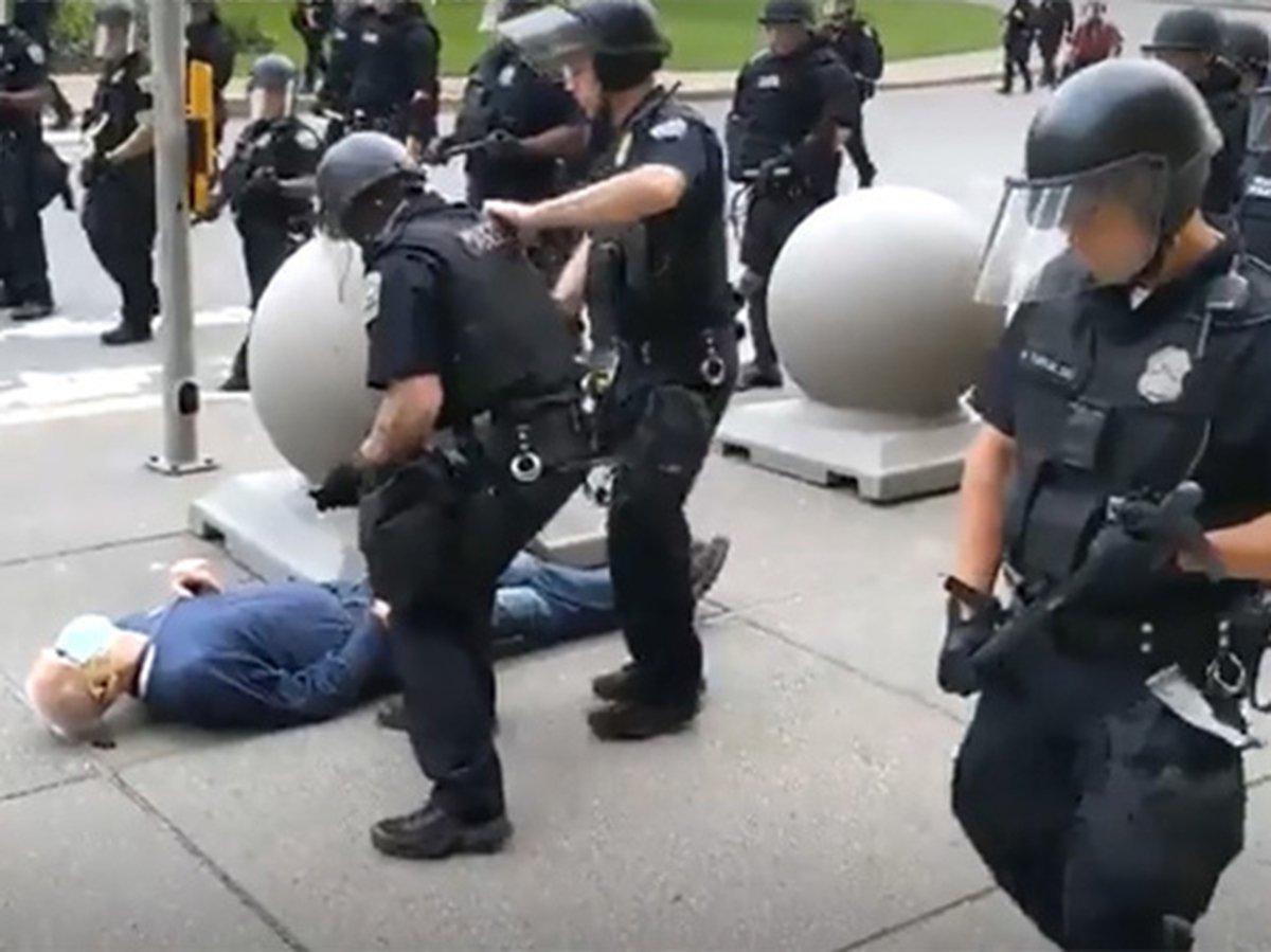В США полицейские избили старика, больного раком