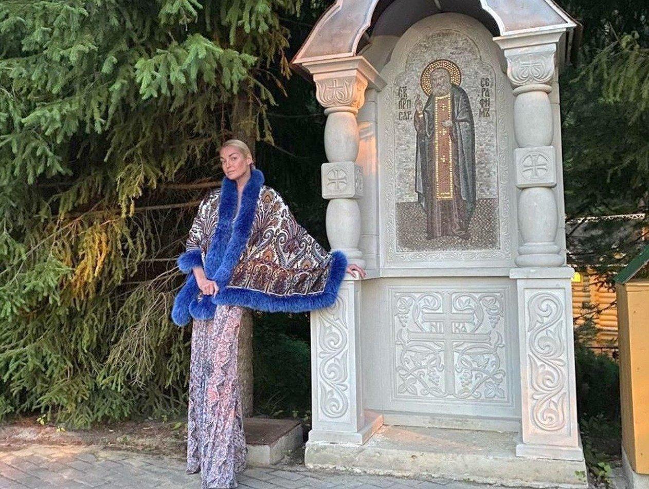 «Вы чмо последнее»: Волочкова закатила скандал в Дивеевском монастыре