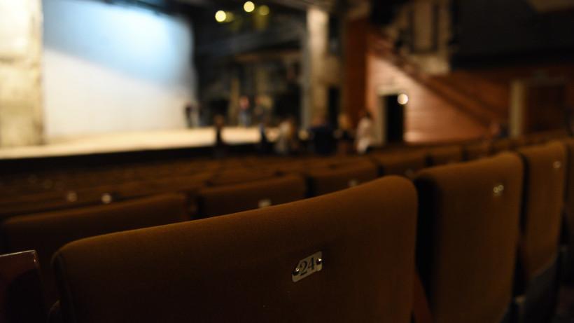Зрительный зал в театре