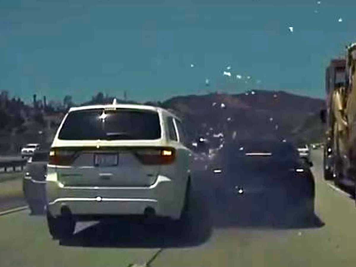 Автопилот Tesla увернулся от одной аварии, но тут же угодил в другую