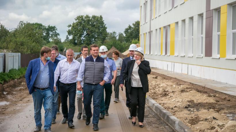 Локтев проверил ход строительства школы в поселке Пески Коломенского округа