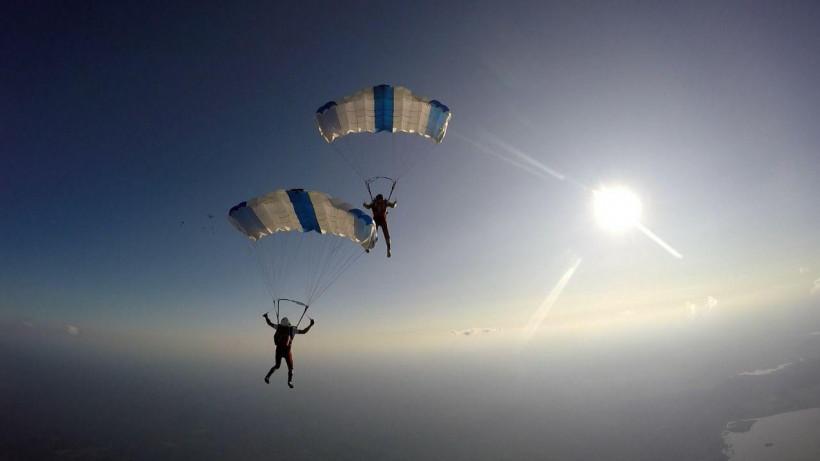 Лучшие места для прыжков с парашютом определили в Подмосковье