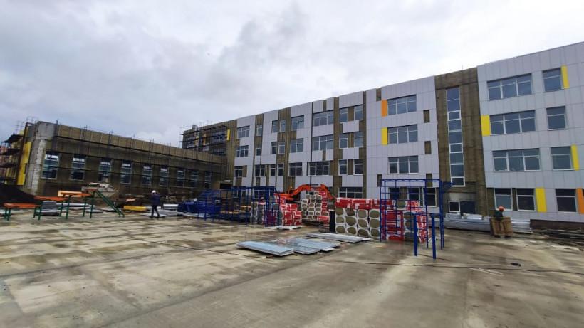 Минстрой Подмосковья провел выездное совещание по завершению строительства школы в Мытищах
