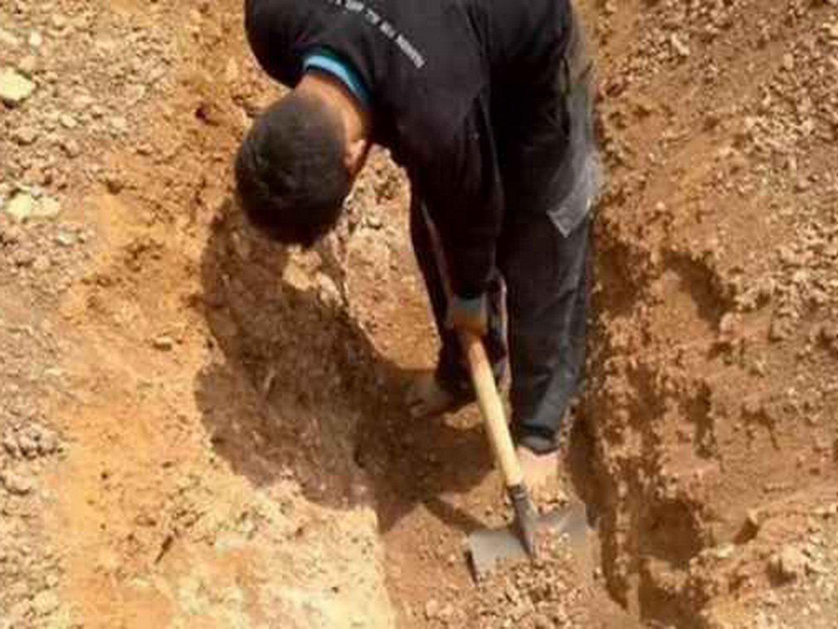 В Свердловской области умершего от коронавируса пытались выкопать из могилы