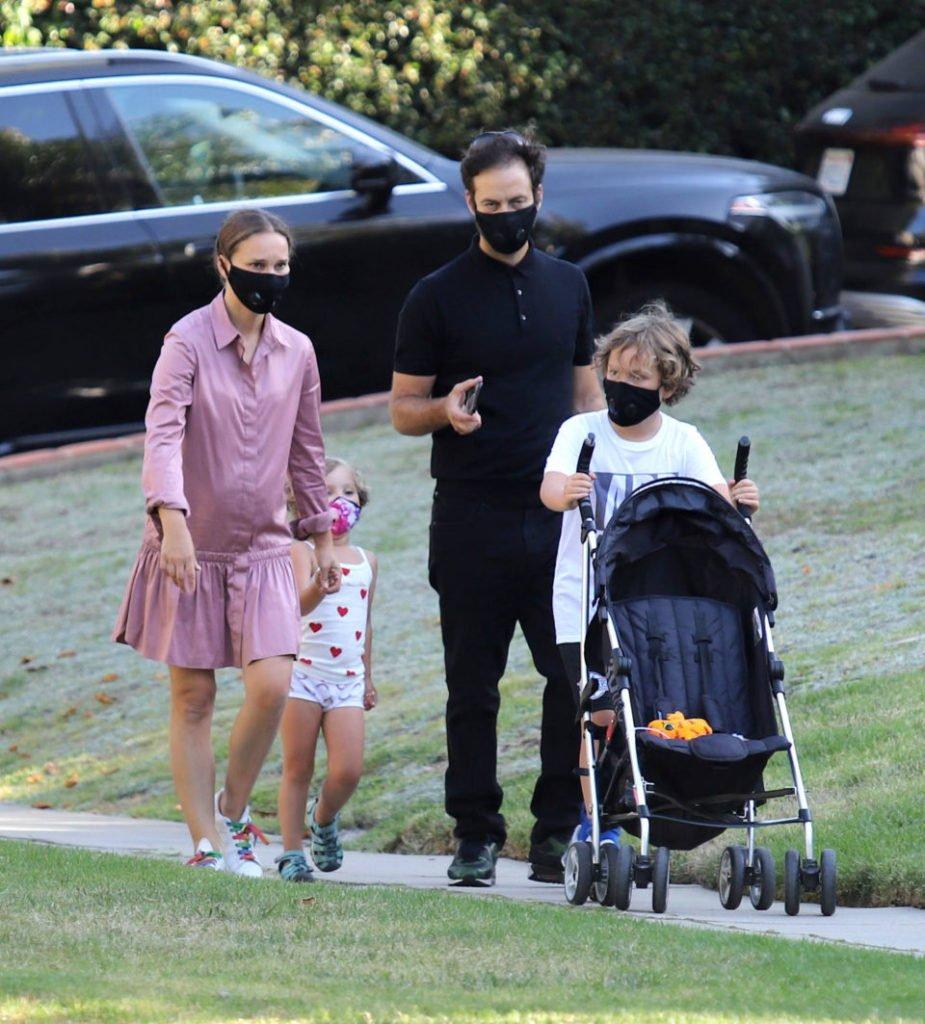 Натали Портман с мужем и детьми