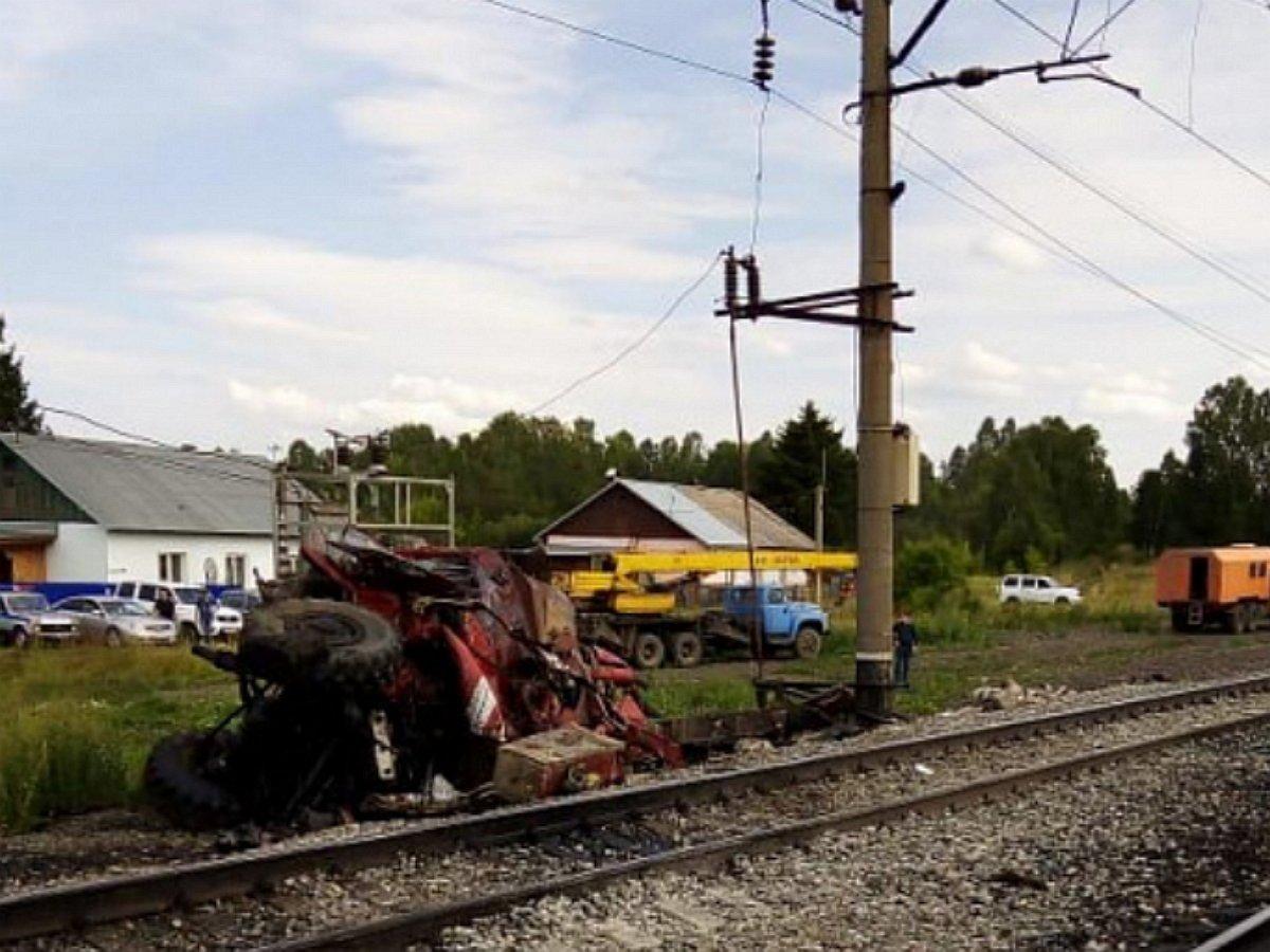 Пожарная машина протаранила поезд, есть жертвы: момент столкновения попал на видео