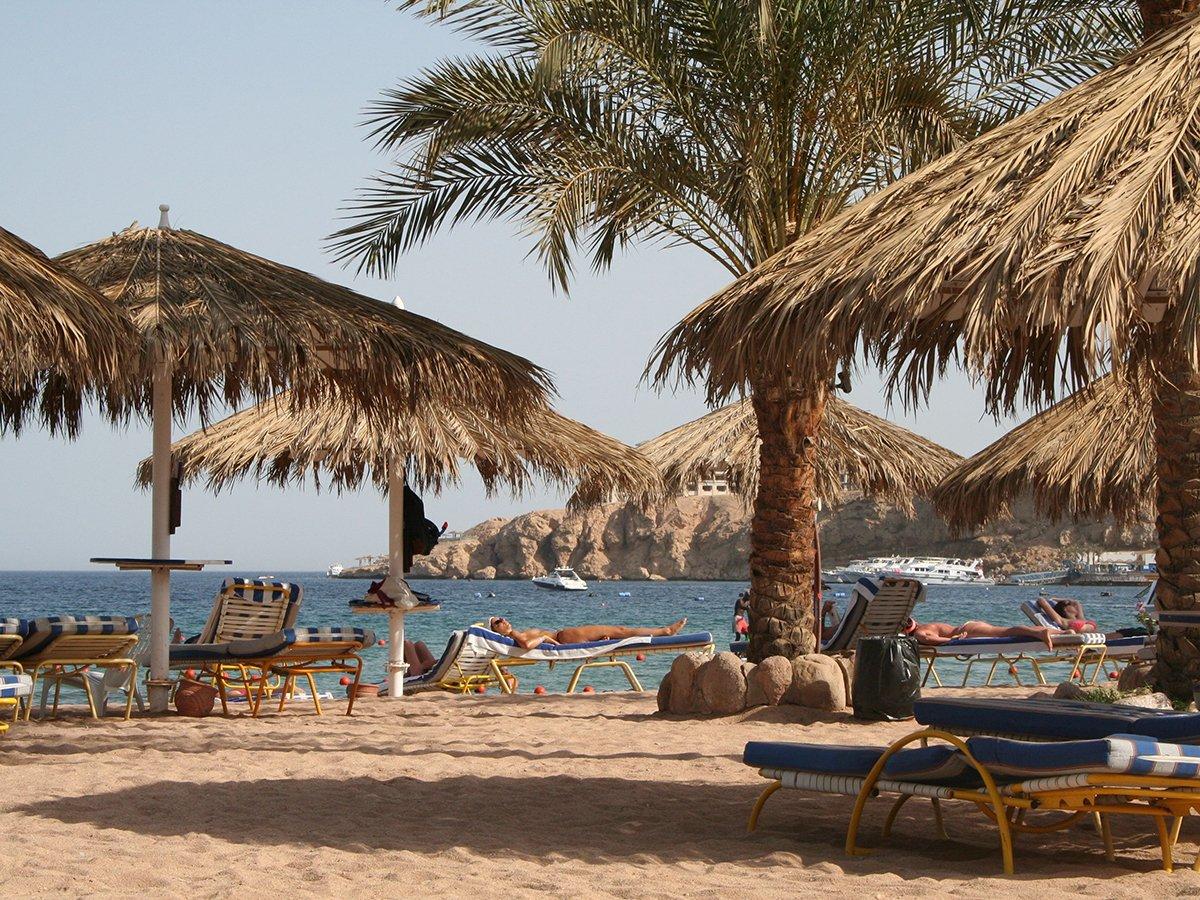 При попытке спасти мальчика на пляже Египта погибли 11 человек