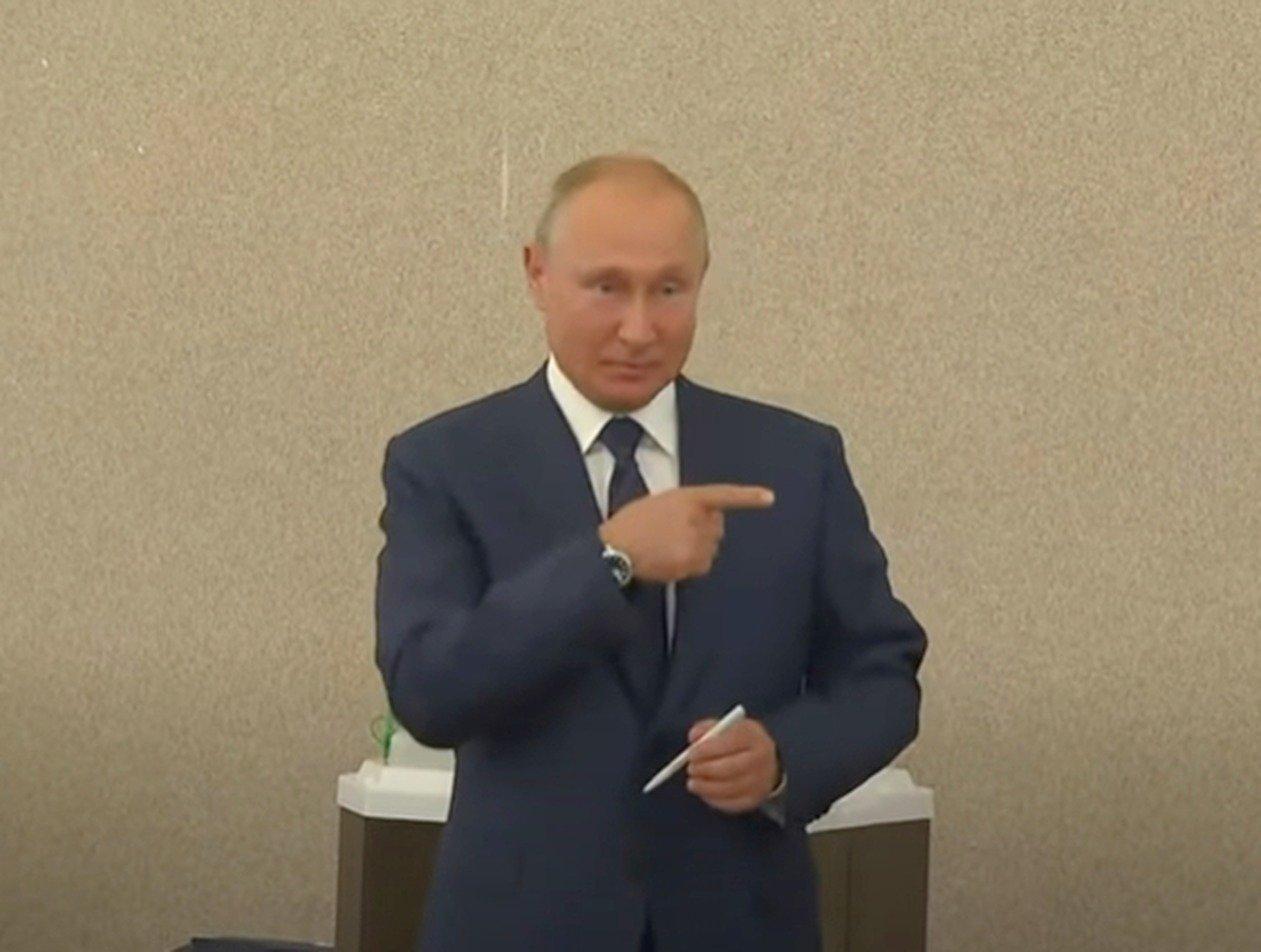 Путин без маски и перчаток проголосовал по поправкам в Конституцию