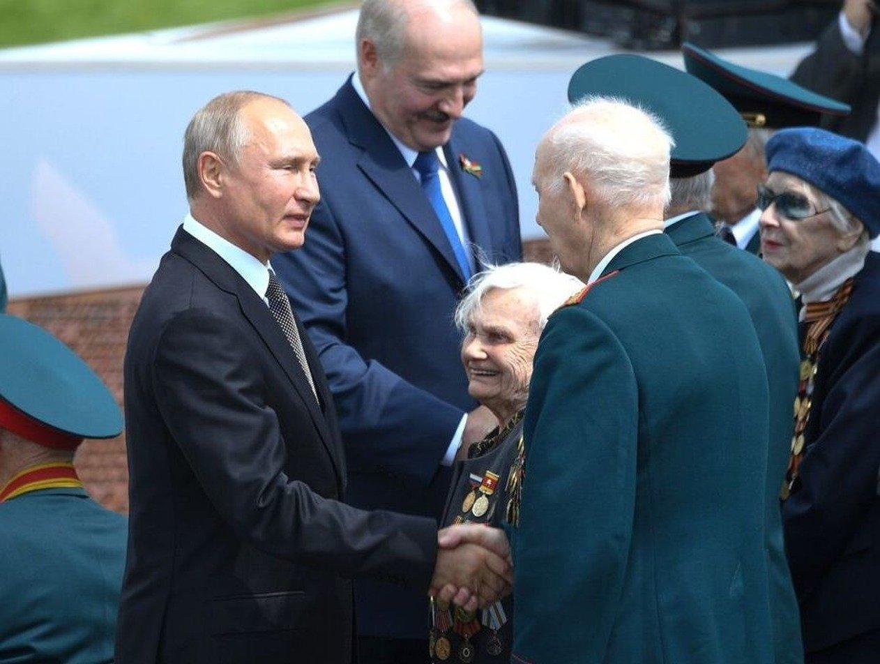 Стало известно, что написал Путин в записке для девушки подо Ржевом