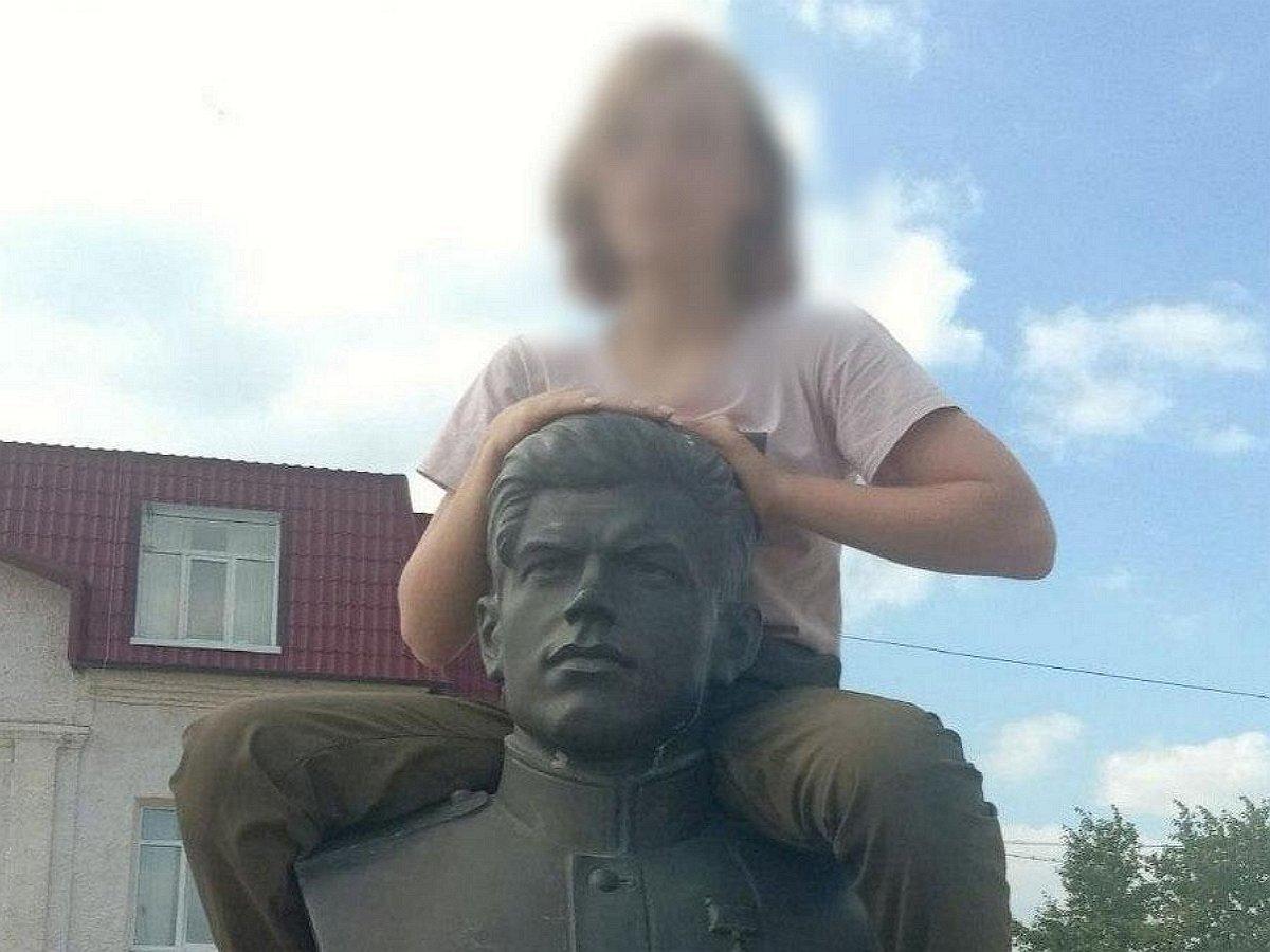 Уральская школьница осквернила бюст Героя СССР, показав ему средний палец