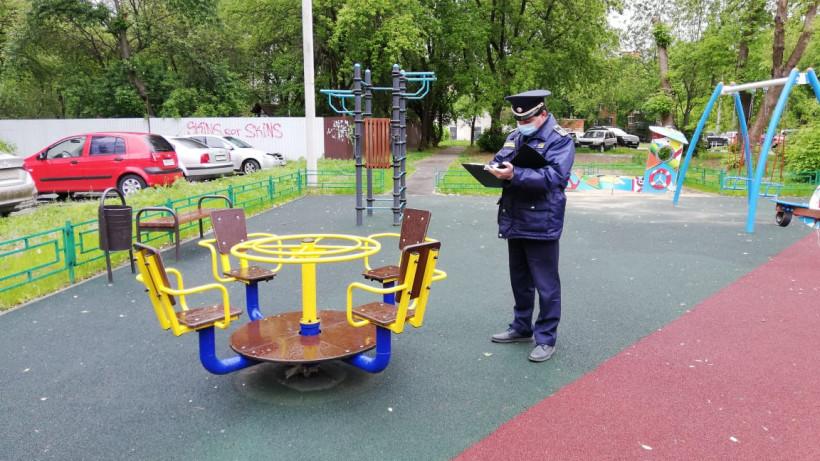 В 12 округах Подмосковья ежедневно осматривают все детские площадки