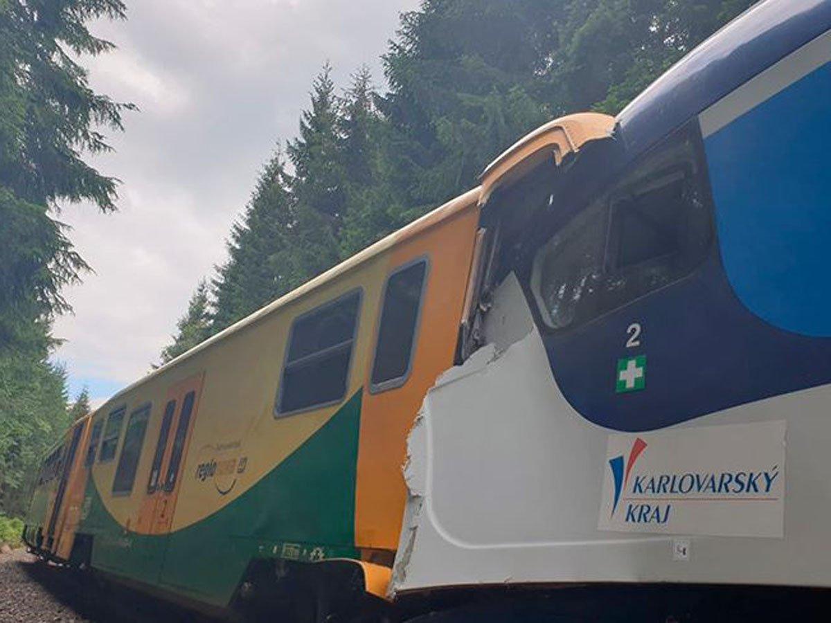 В Чехии лоб в лоб столкнулись два пассажирских поезда: есть жертвы