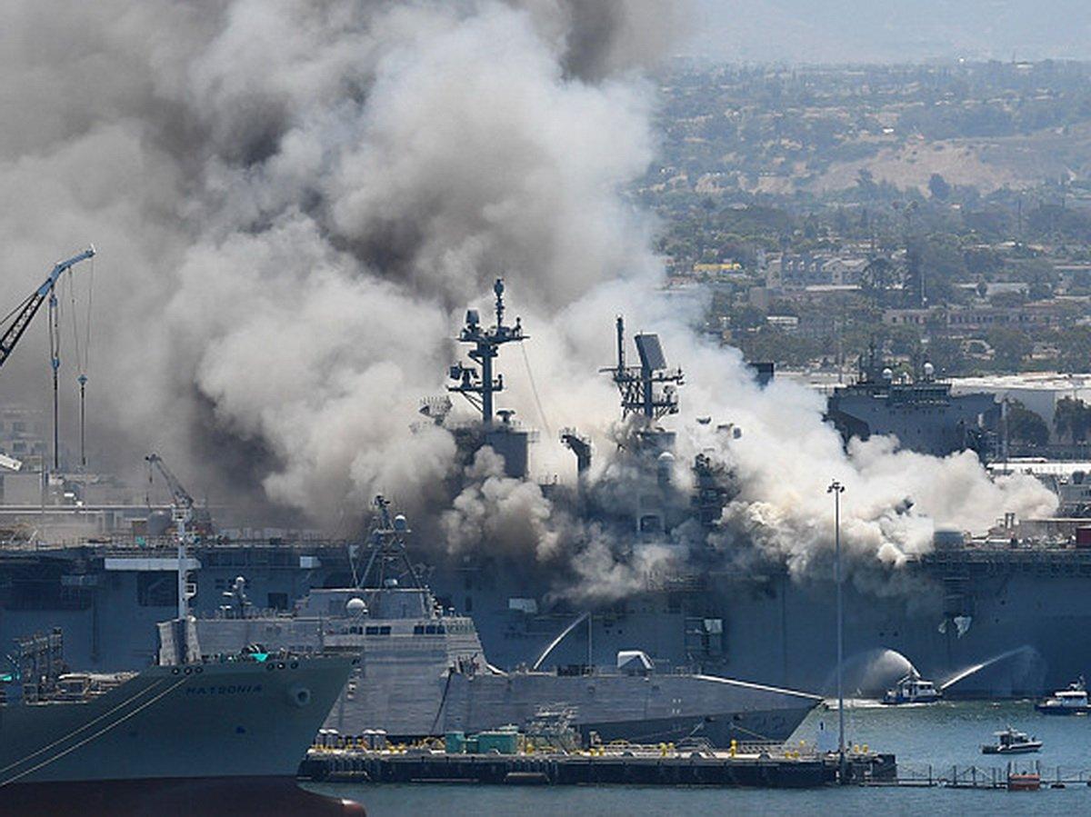 В Калифорнии на десантном корабле произошел взрыв и пожар