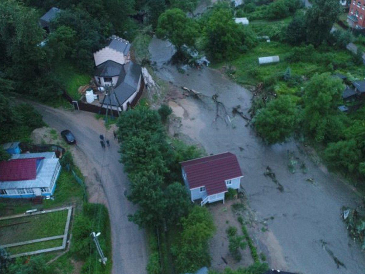 В подмосковной Рузе из-за прорыва дамбы смыло дома и затопило участки
