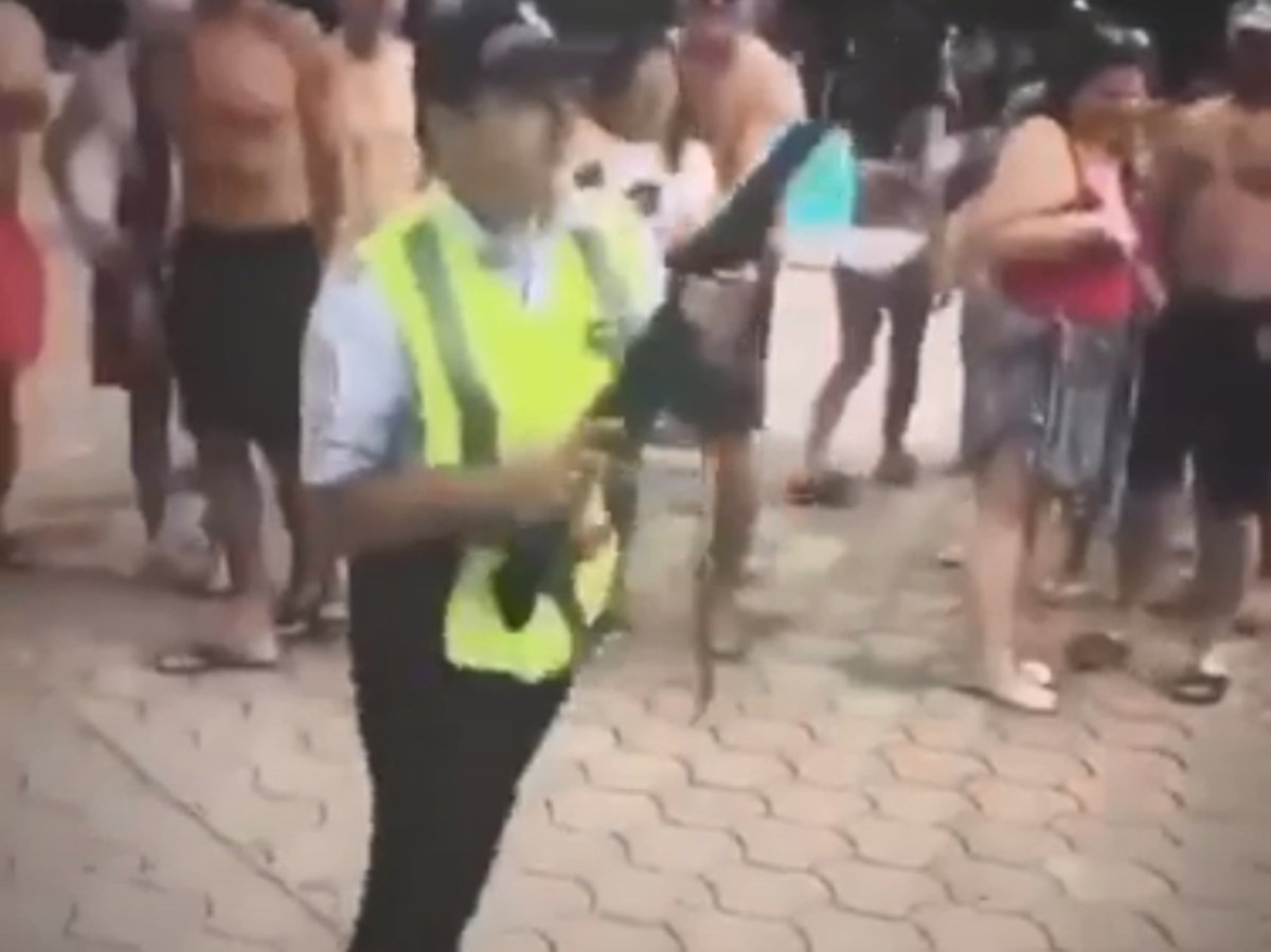 В Сочи аниматор в костюме полицейского открыл стрельбу