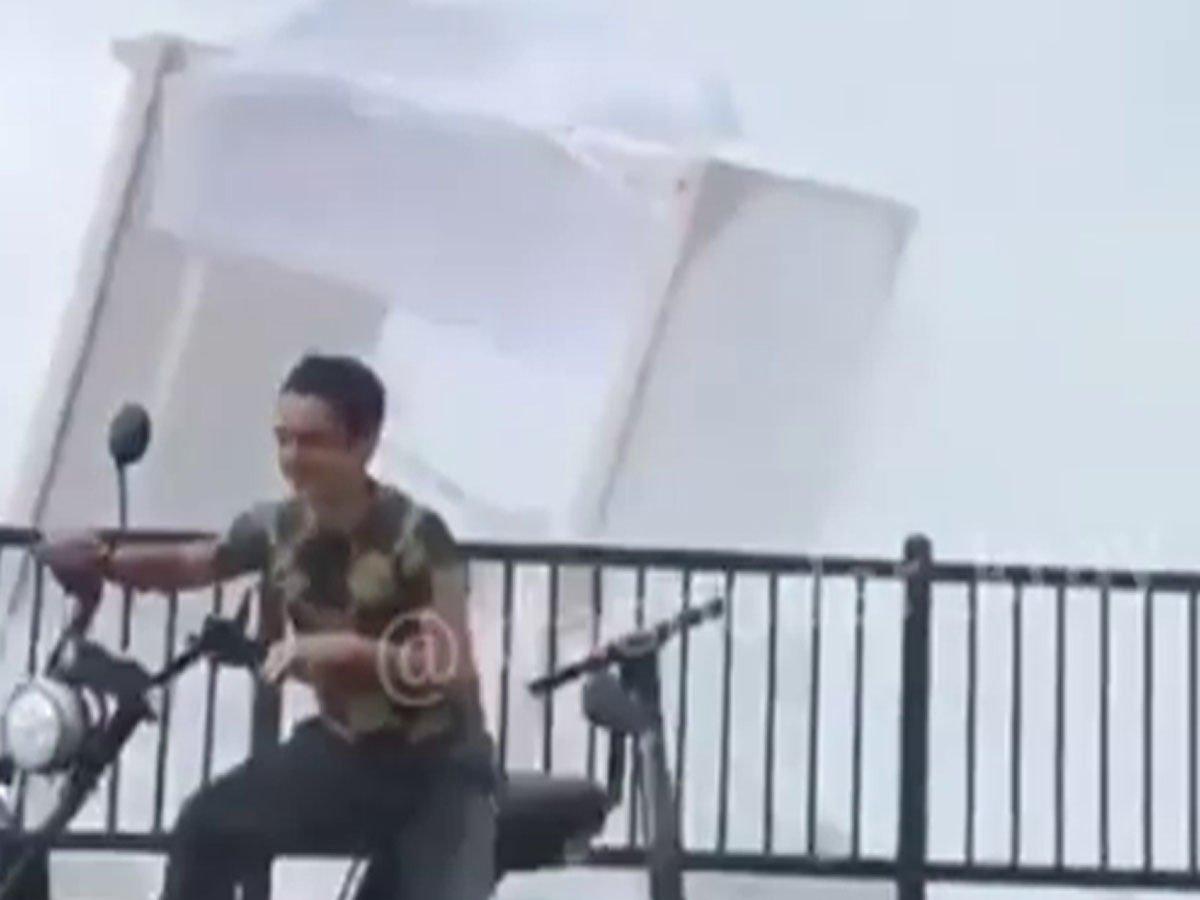 В Сочи уничтоживший пляж смерч попал на видео