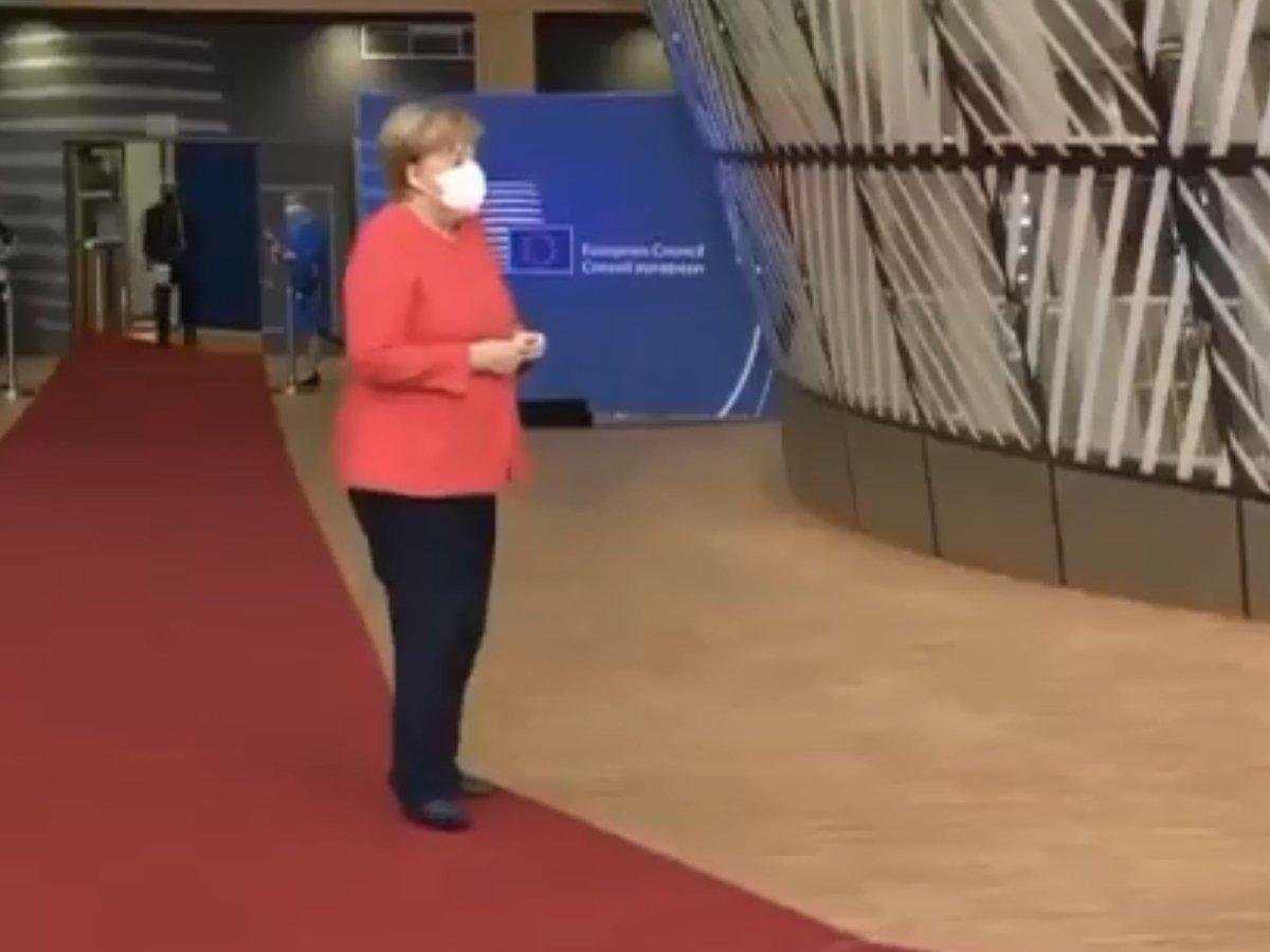 """Видео с """"заблудившейся"""" на саммите ЕС Ангелой Меркель развеселило Сеть"""