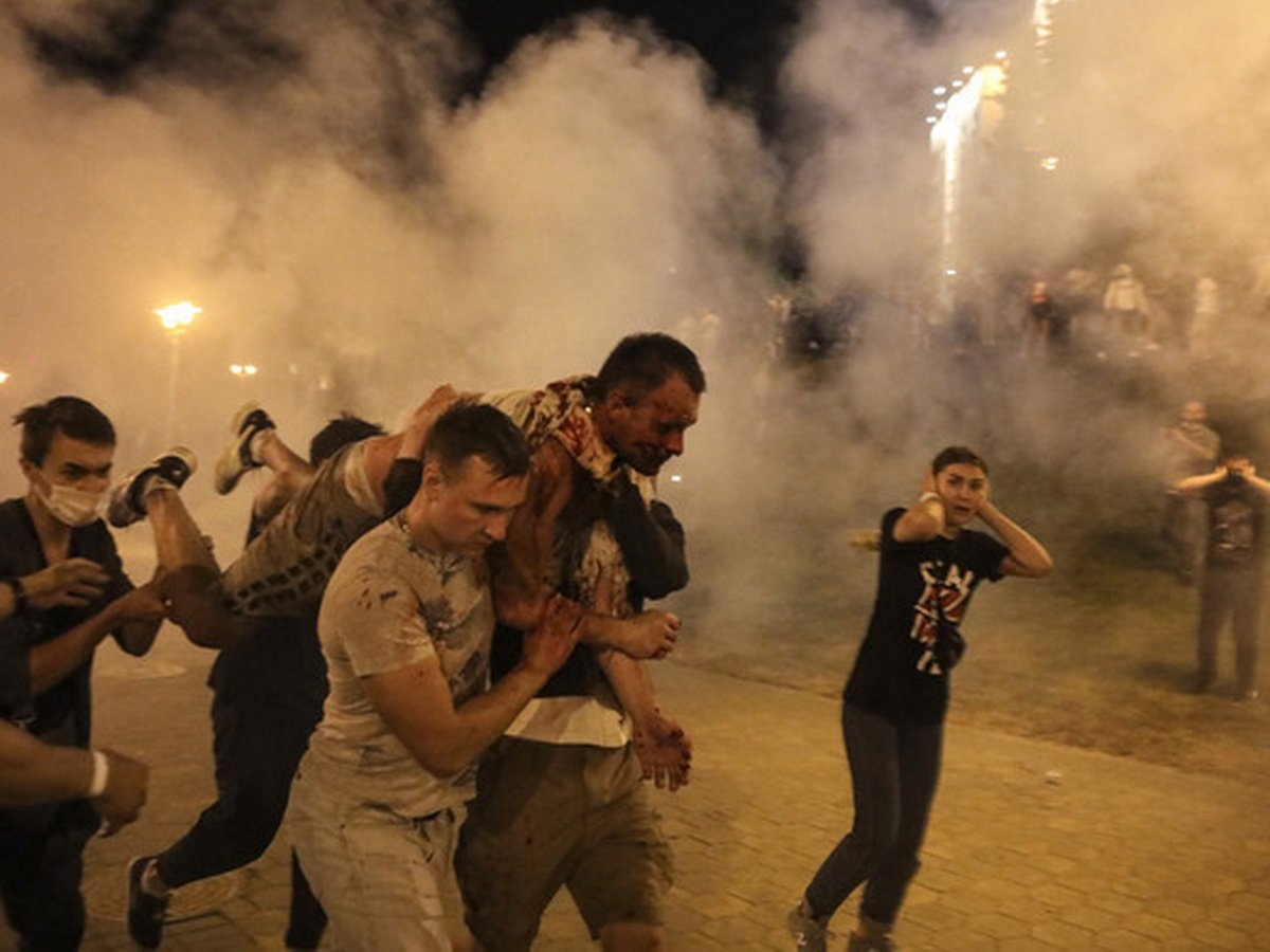"""Беспорядки в Минске: в ОМОН летят """"коктейли Молотова"""", есть погибший"""