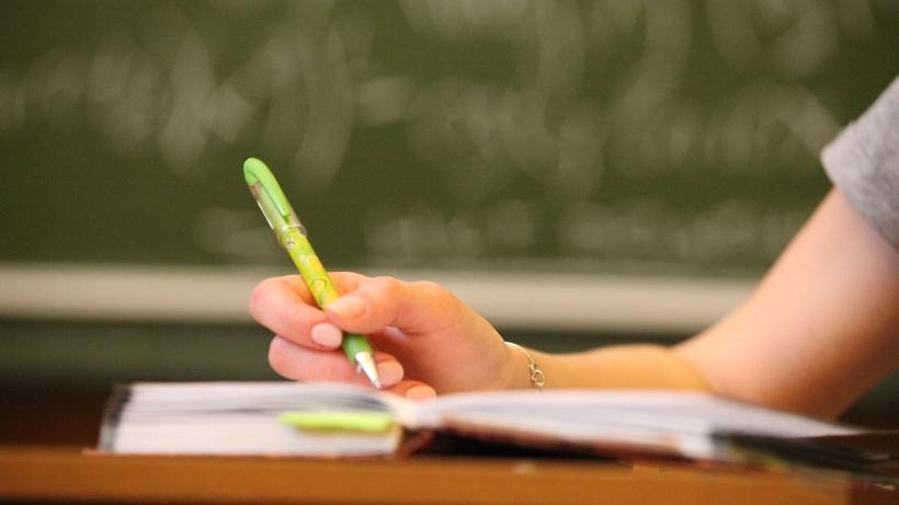 Студентка на лекции в вузе