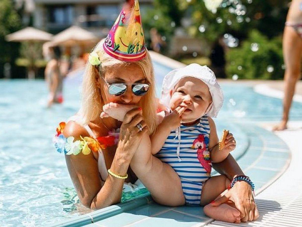 Лера Кудрявцева показала, как ее дочь выбирает шляпу