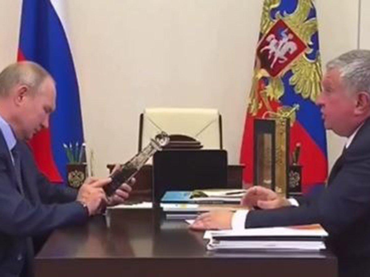 Сечин подарил Путину бутылку нефти