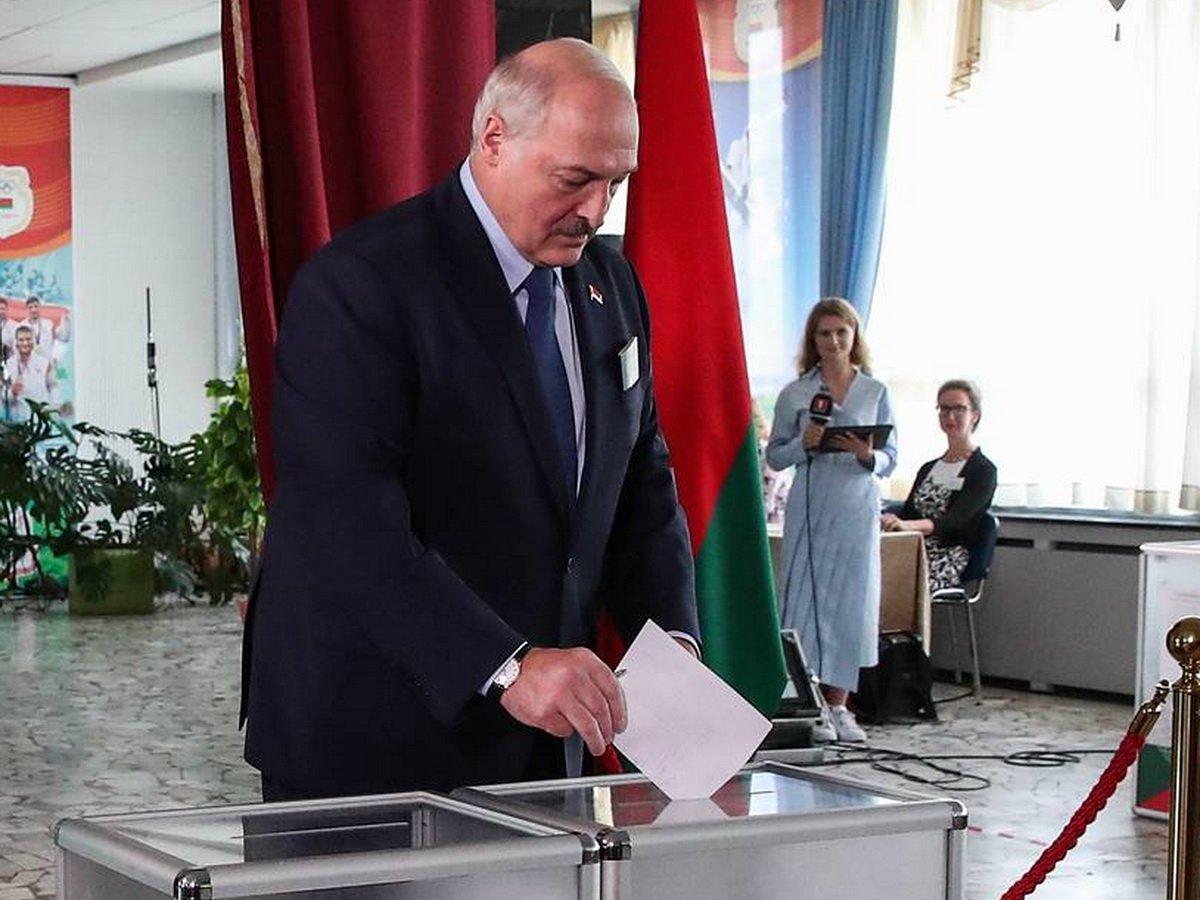 """Лукашенко: """"Ждете, что я встану на колени, и буду целовать песок?"""""""