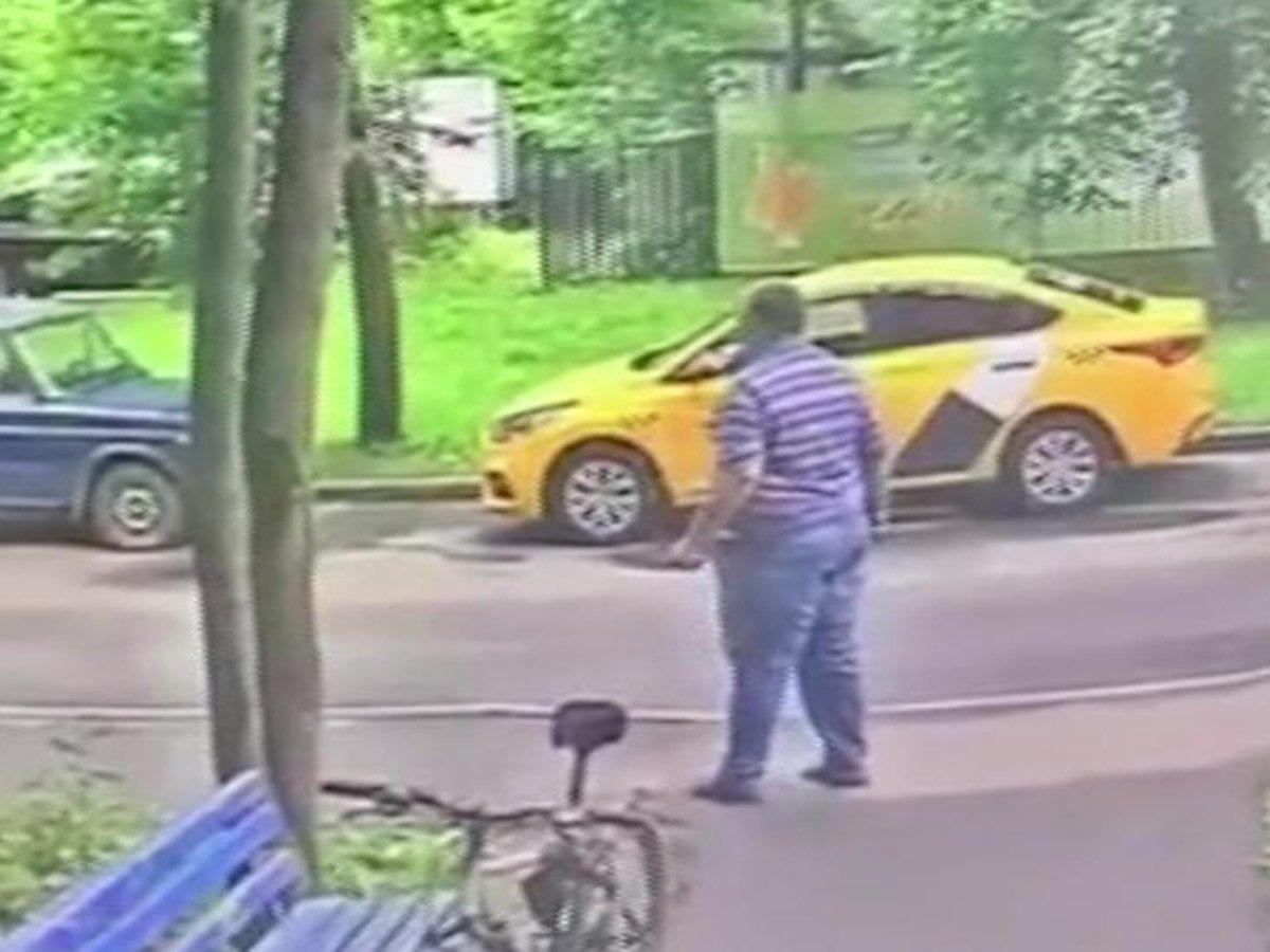 Москвич, угрожая ножом, сорвал вписку сына