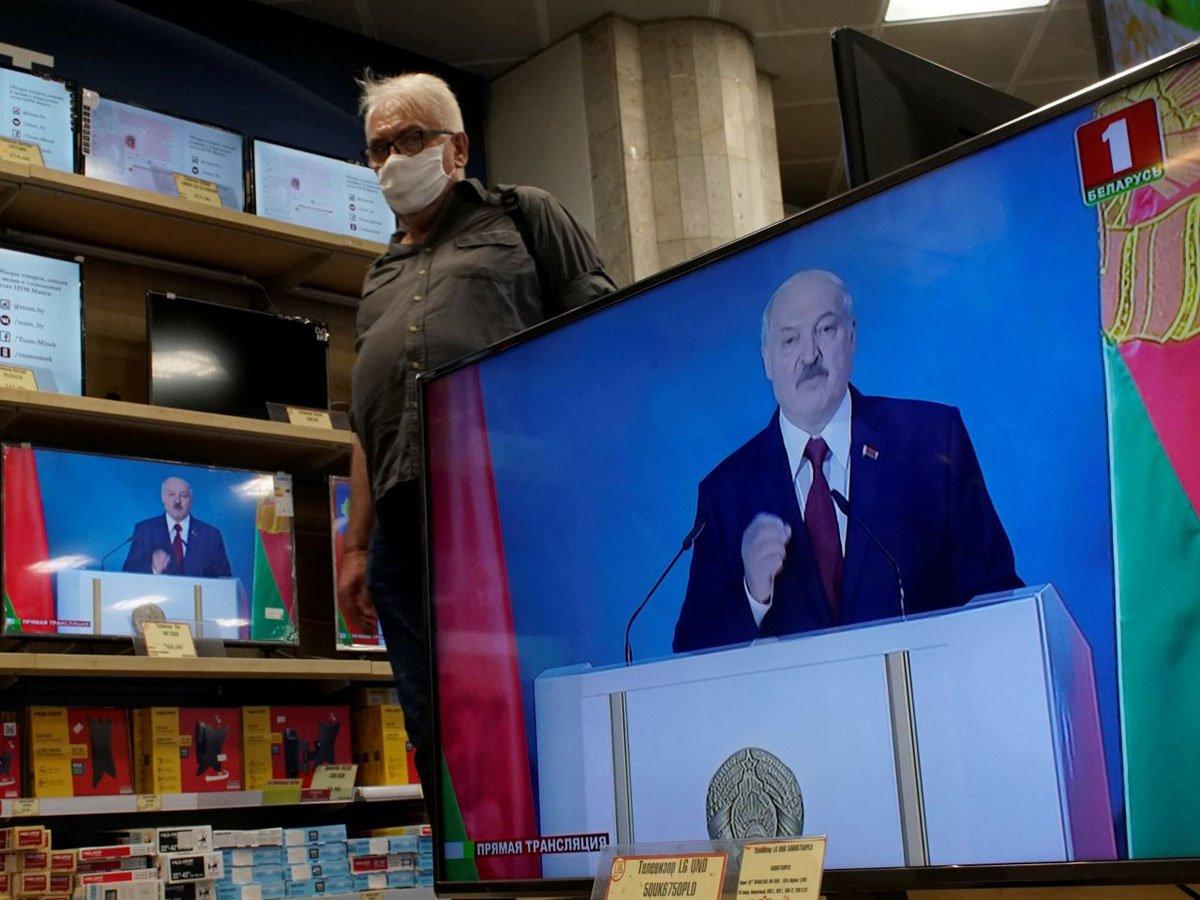 «Не путайтесь под ногами, дайте спасти страну»: стала известна реакция экспертов и Сети на обращение Лукашенко к народу