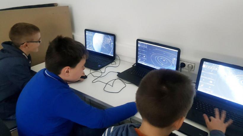 Новые компьютеры и планшеты поступят в школы Подмосковья