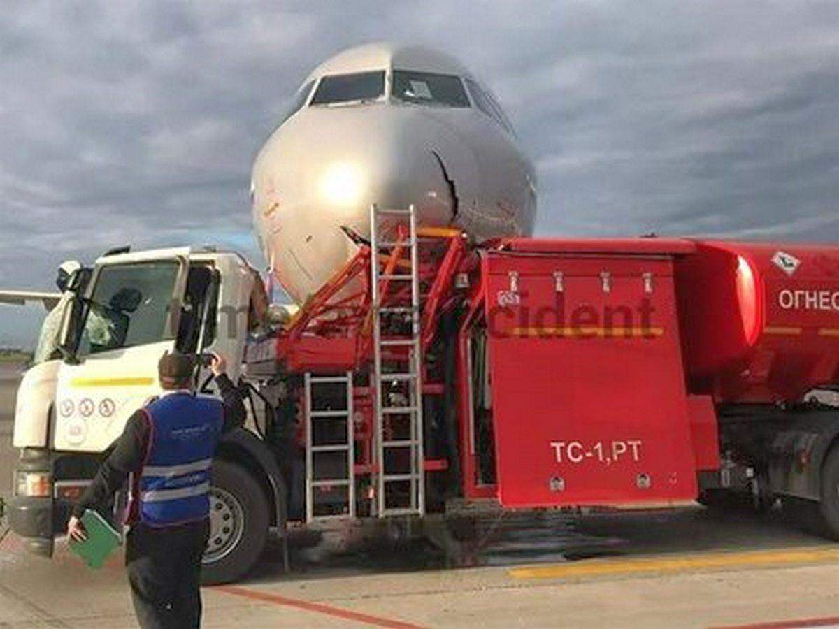Последствия столкновения бензовоза с самолетом попали на видео