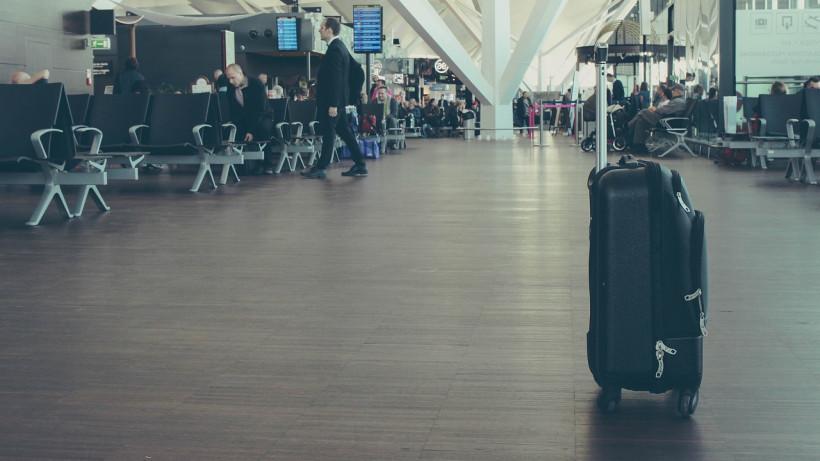 Пассажиры в зале ожидания в аэропорту