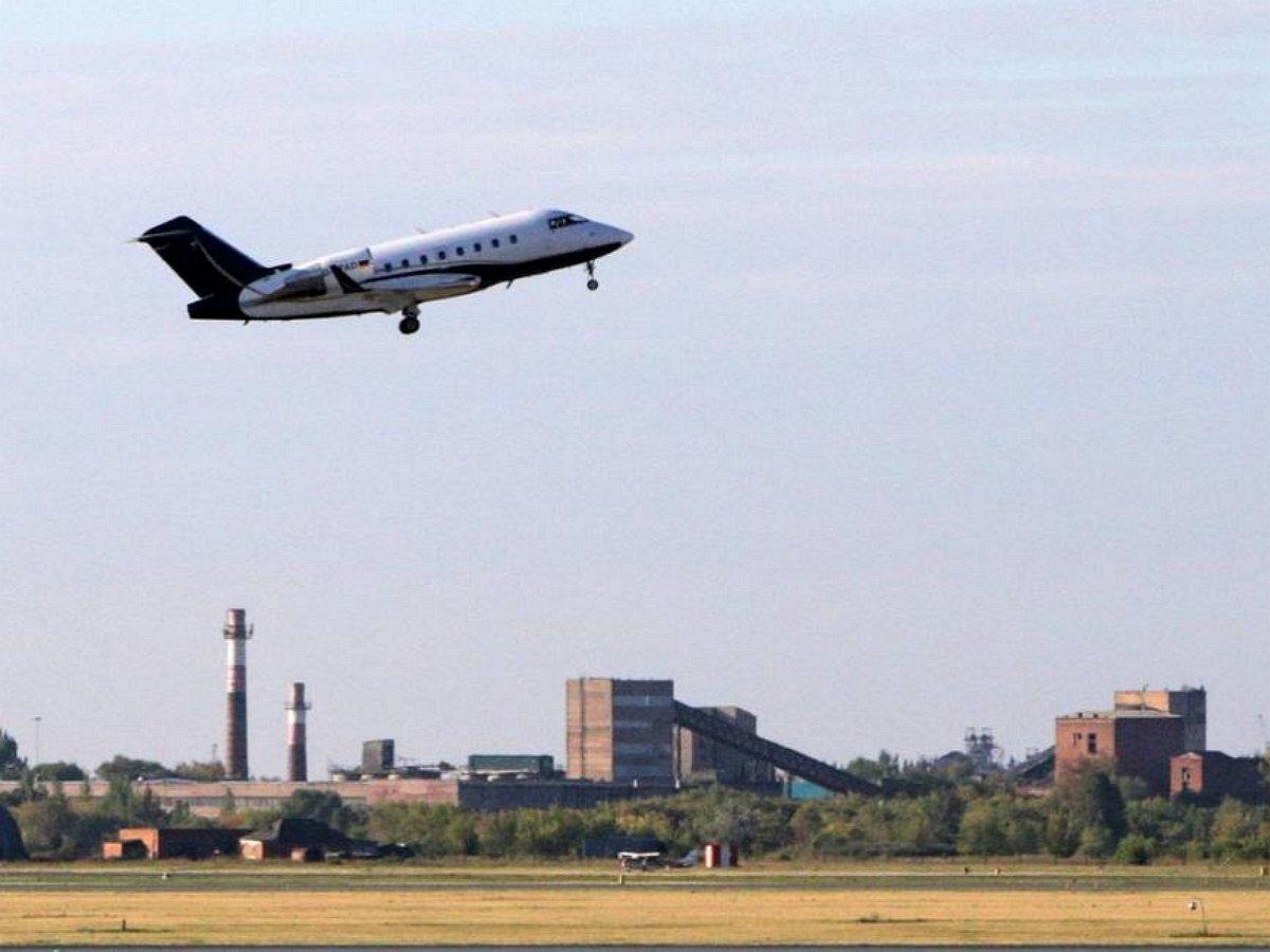 Самолет с Навальным приземлился в Германии. Политика доставили в клинику Charite