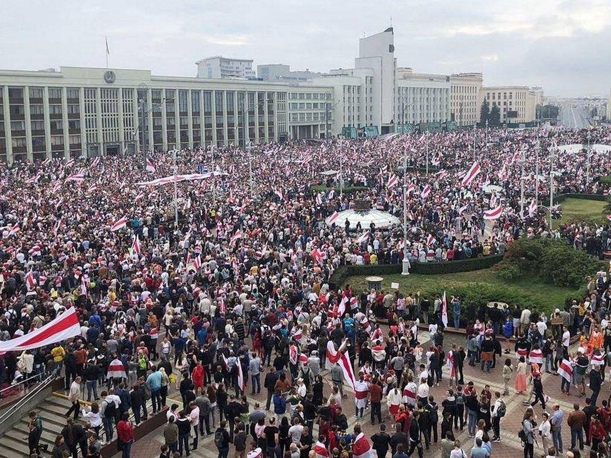 В центре Минска собрались около 100 тысяч протестующих