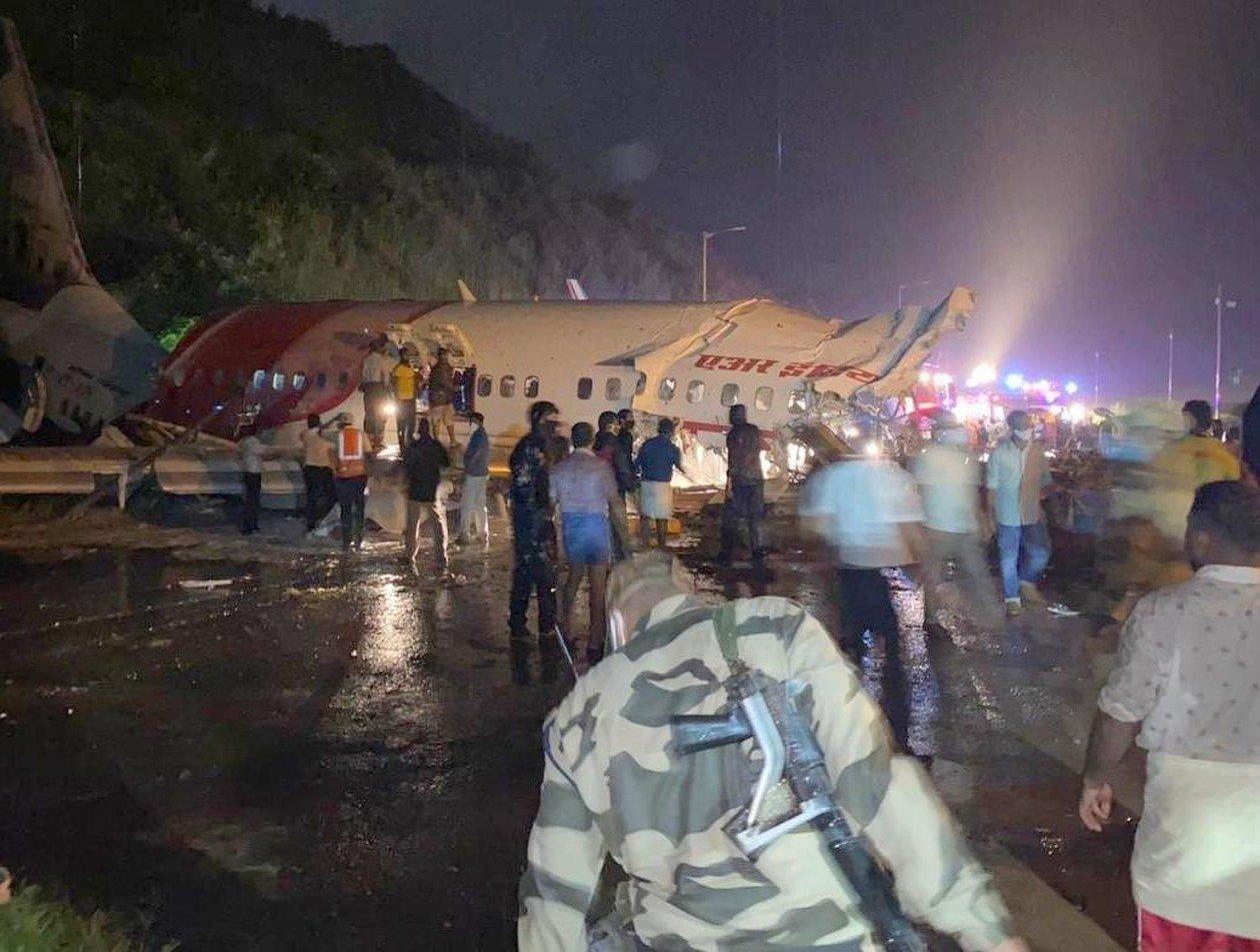 В Индии самолет с 190 пассажирами развалился на части: пилот погиб, число жертв растет