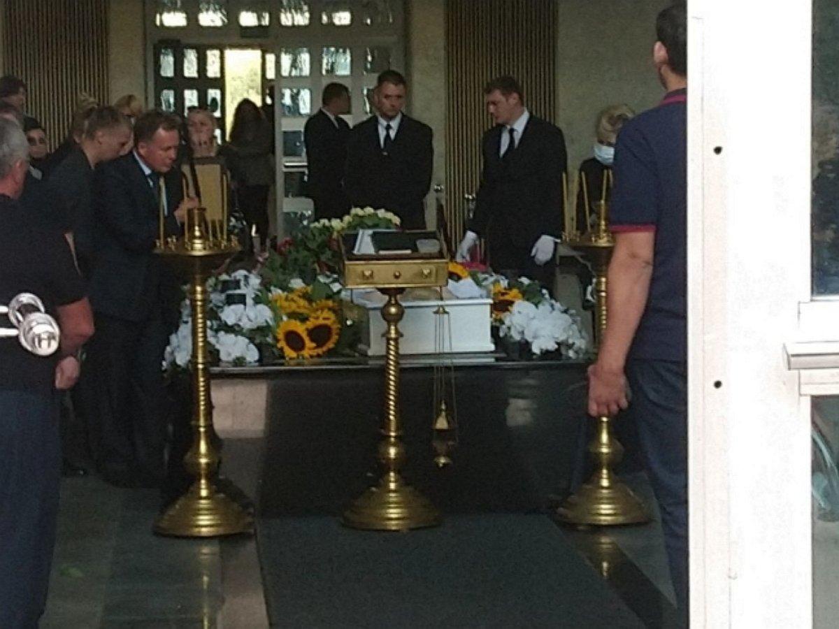 В Сети появилось видео прощания Фирсова с Легкоступовой на похоронах певицы