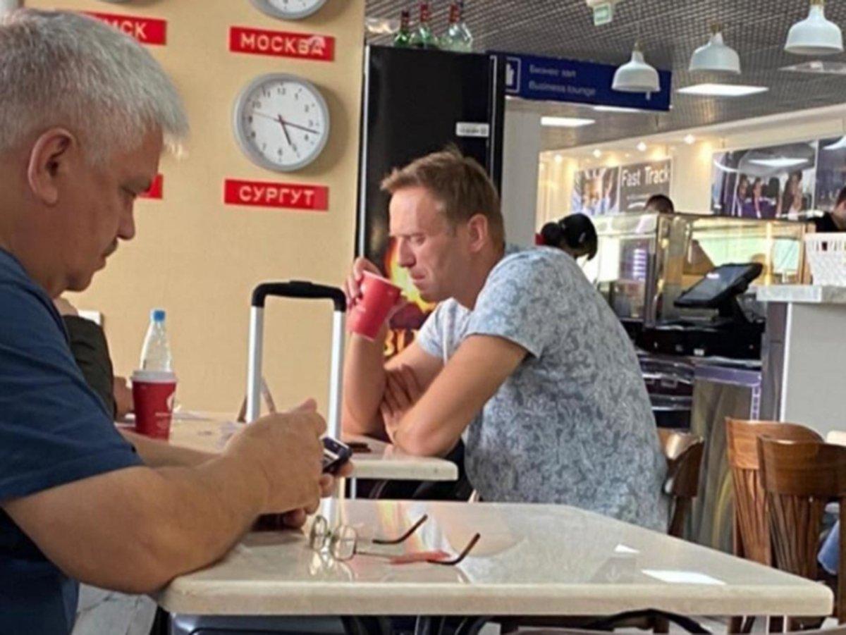 Навальный пьет чай в аэропорту