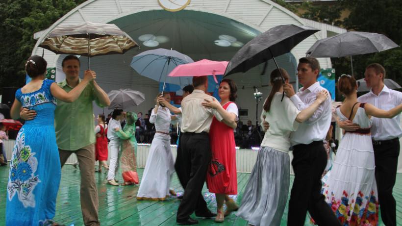 Танцы под дождем в саду «Эрмитаж».